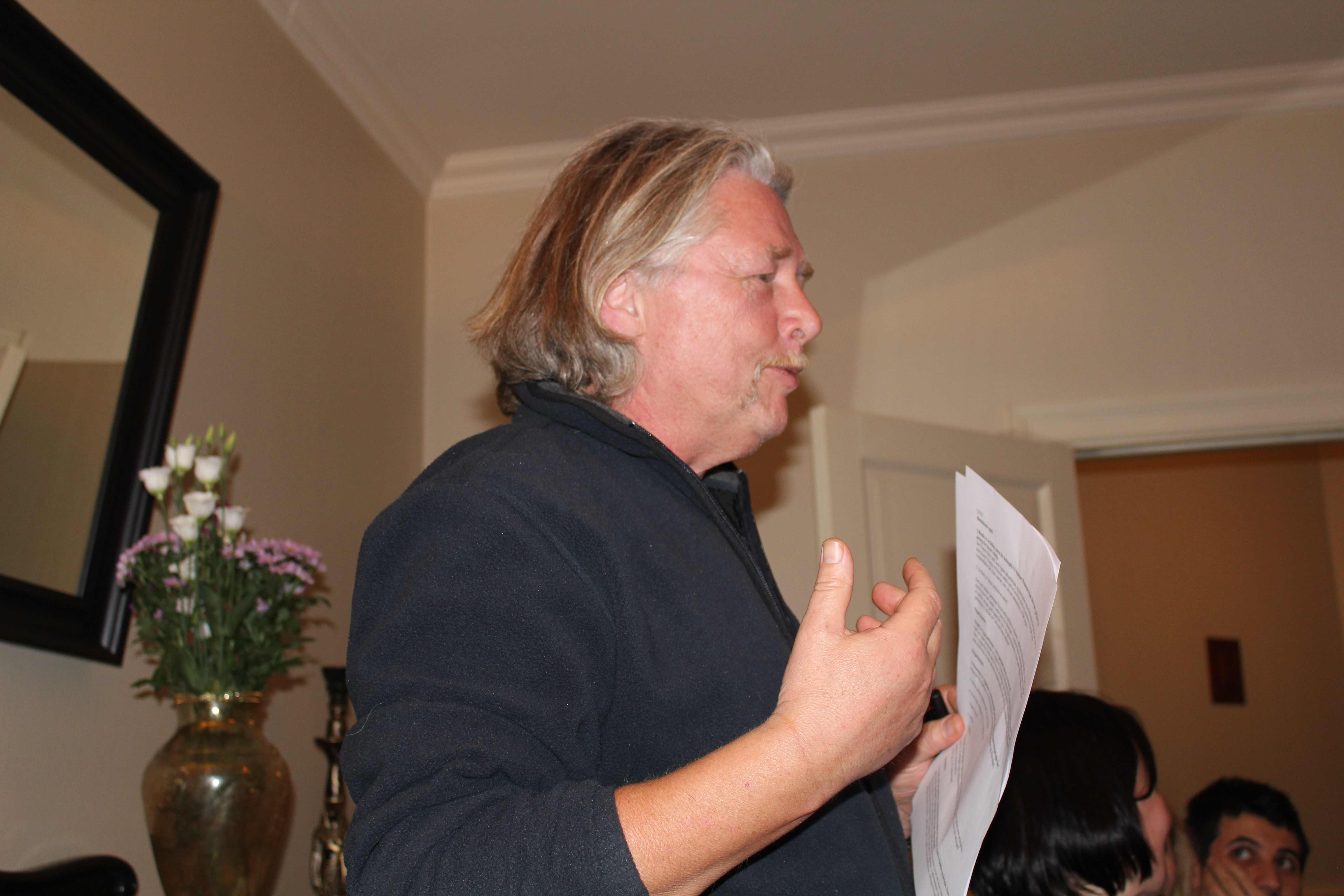 Leder Kenneth snakker på årsmøtet i Bergen petanqueklubb